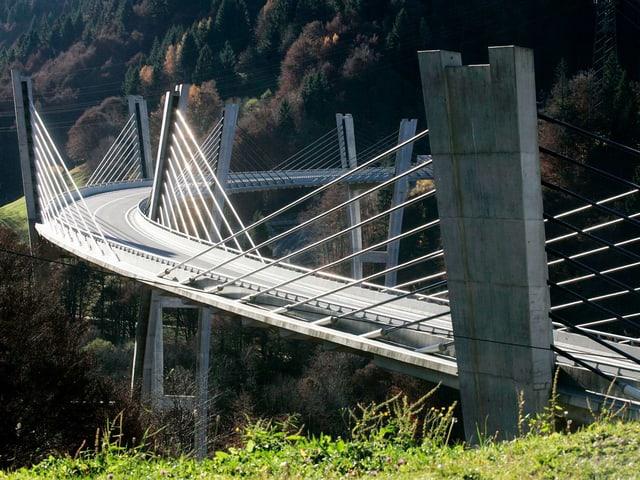 Brücke in waldiger Landschaft
