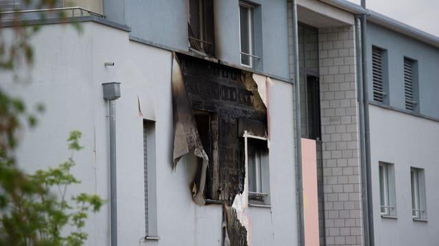 Ein verbranntes Fenster.