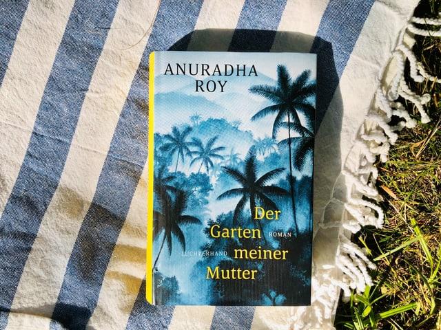 Der Roman «Der Garten meiner Mutter» von Anuradha Roy liegt auf indischem Tuch