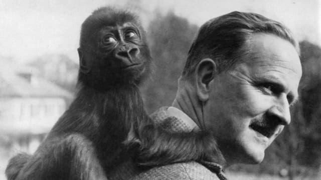 Gorillaweibchen Goma mit ihrem Ziehvater Ernst Lang, Direktor des Basler Zoos von 1953 bis 1979.
