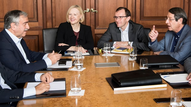 Die Volksgruppenführer der griechischen und der türkischen Zyprer, Nikos Anastasiades (r.) und Mustafa Akinci (l.) im Gespräch.