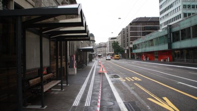 Bushaltestelle an Strasse