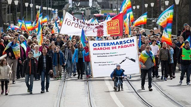 Tschients persunas han fatg part al marsch da Pasca a Berna - els portan transparents e bandieras