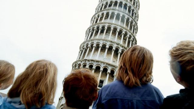 Kinder betrachten den Turm von Pisa.