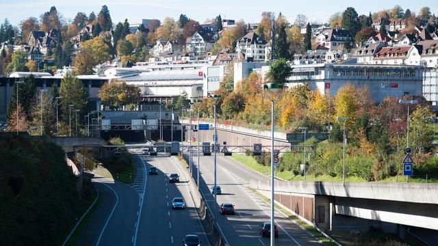 Autobahn, dahinter Olma Messegelände