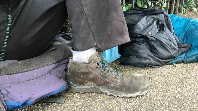 Gerrys Schuhe sind alt und löchrig.