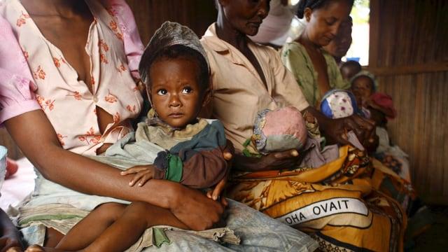 Frauen mit ihren Kindern in Madagaskar.