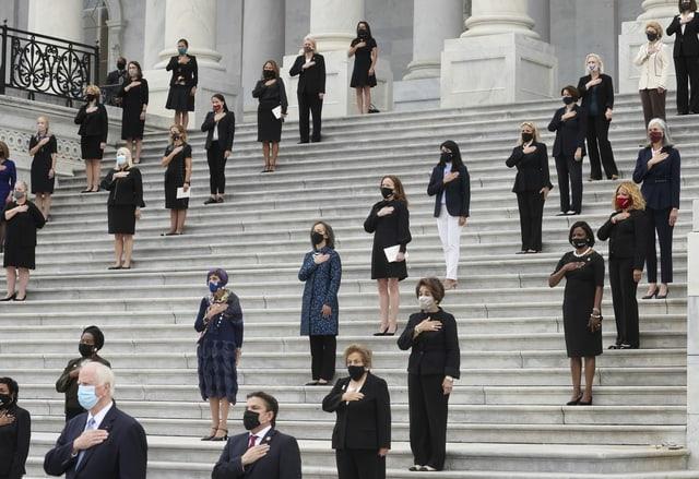 Frauen stehen in Reihen auf eine Treppe und gedenken der US-Richterin.