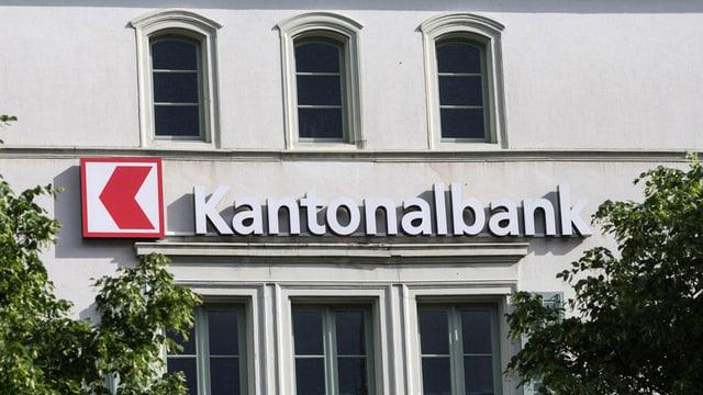 Das rot-weisse Logo der Kantonalbank ziert das Gebäude am Hauptsitz in Glarus.