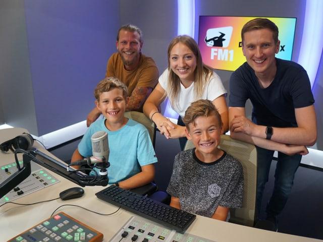 Gruppenfoto im FM1-Radiostudio.
