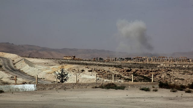 Rauch über der antiken Stadt Palmyra nach Angriffen der syrischen Armee auf Stellungen der Terrormiliz Islamischer Staat am 19. Mai 2015. (keystone)