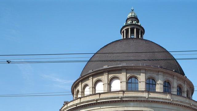 la cupla da la Scola politecnica federala a Turitg. Davostiers in tschiel blau.