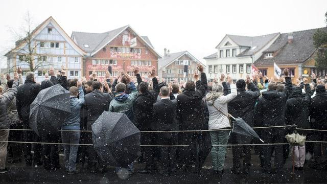 Landsgemeinde 2016, es schneit oder regnet, für die Abstimmung werden die Schirme geschlossen