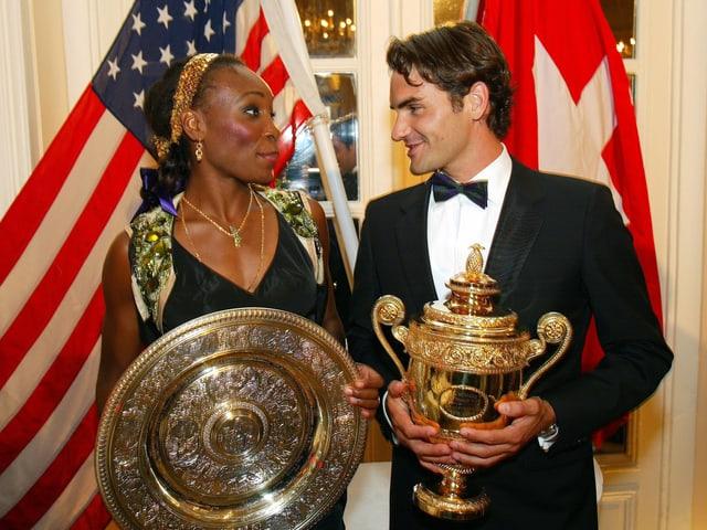 Roger Federer und Venus Williams mit dem Pokal 2005.