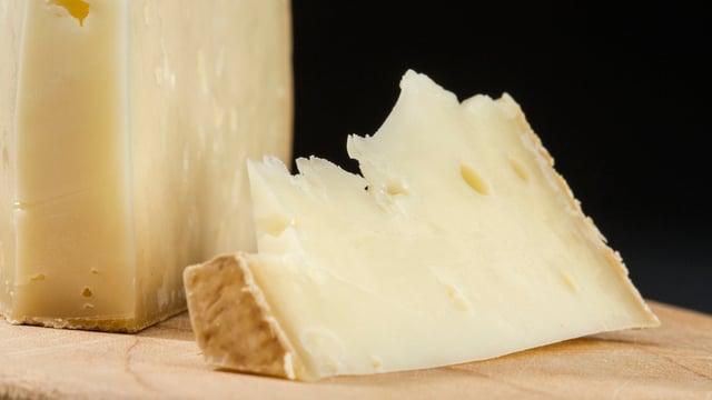 Käse auf einem Schneidebrett