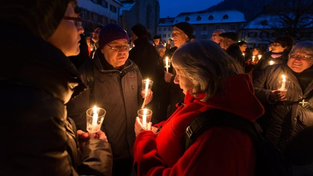 Kirchengänger mit Kerzen vor der Katherdrale in Chur.