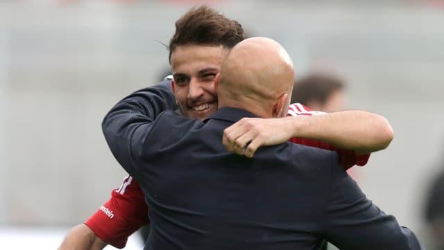 Contini und Aliji liegen sich in den Armen.