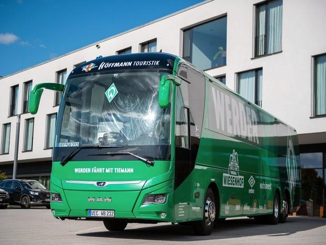 Der Mannschaftsbus von Werder Bremen wurde mit Steinen und Flaschen beworfen.