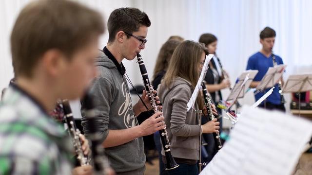 Jugendliche die Klarinette spielen.