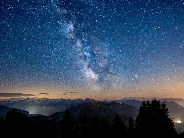 Die Milchstrasse leuchtet am Nachthimmel auf dem Stanserhorn.