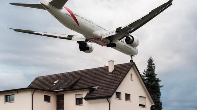 Flugzeug fliegt über Dach