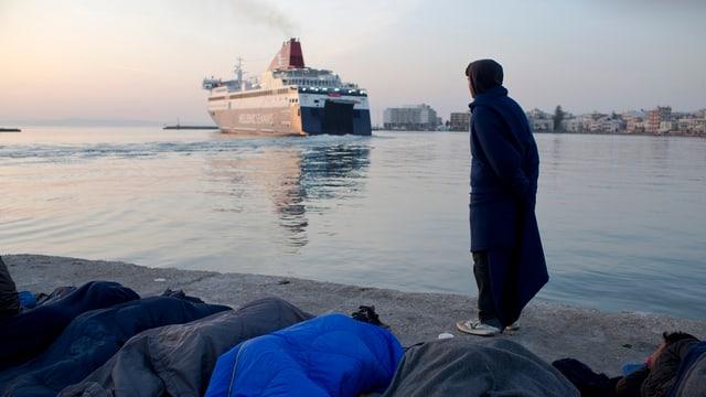 Migrant ch'observescha co ina navetta banduna il port.