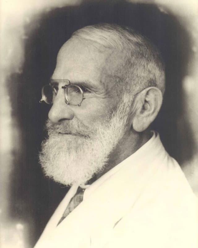 Schwarzweiss-Foto eines Mannes.