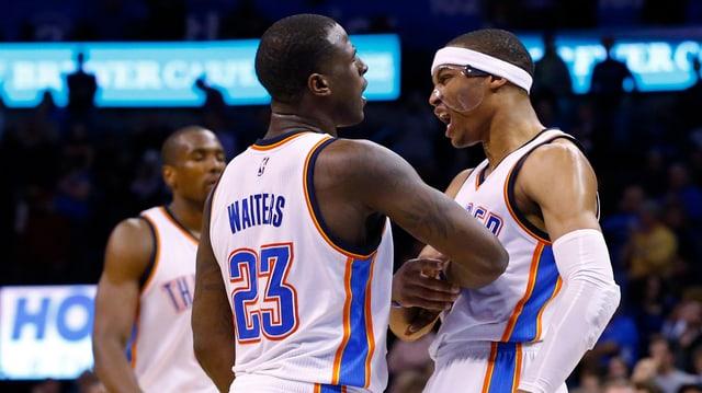 Oklahomas Russell Westbrook feiert zusammen mit seinem Teamkollegen Dion Waiters.