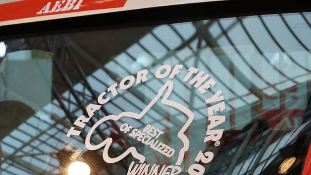 Auf der Frontscheibe eines Aebi-Traktors klebt das Logo mit der Aufschrift: Tractor of the year Winner.