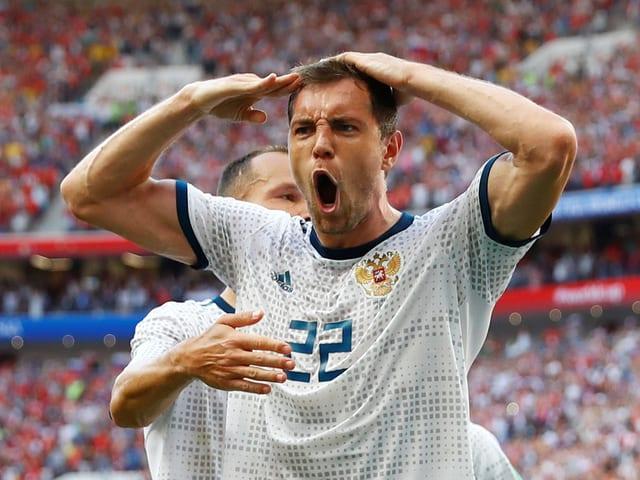 Artjom Dsjuba salutiert nach einem Tor.