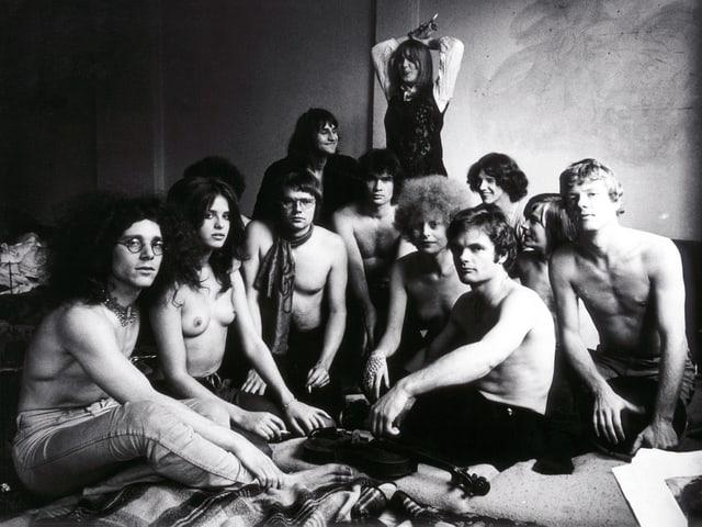 Gruppe junger Menschen mit nackten Oberkörpern.