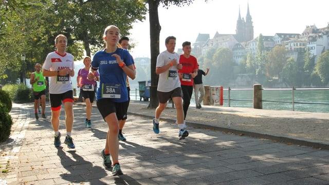 Läuferinnen und Läufer am Basel Marathon.