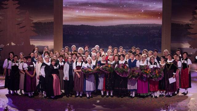 Il final - tuttas «Landfrauen» ensemen sin tribuna.