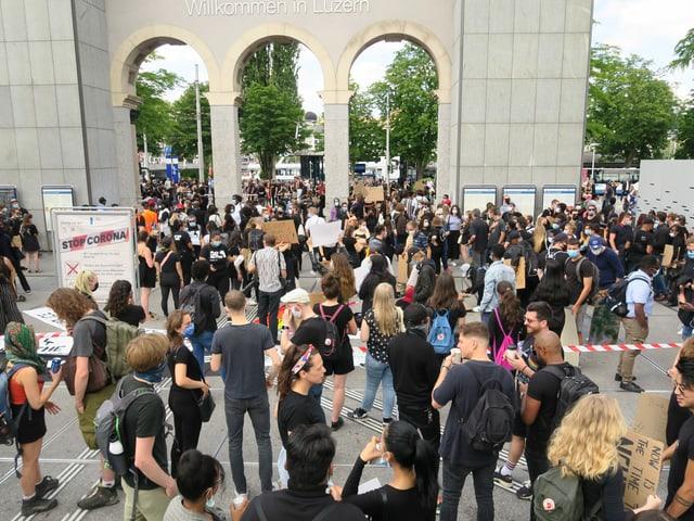 Viele Leute mit Plakaten auf dem Luzerner Bahnhofplatz