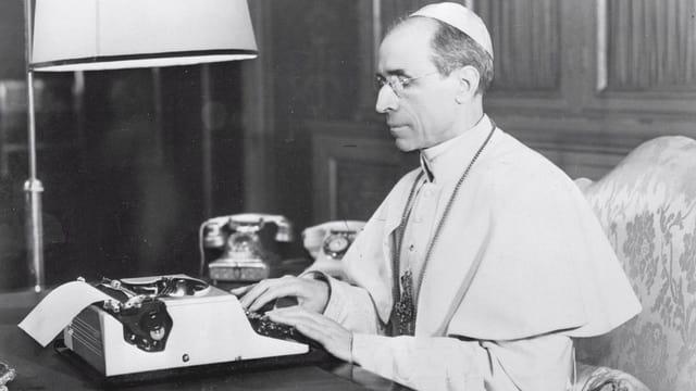 Papst an einer Schreibmaschine