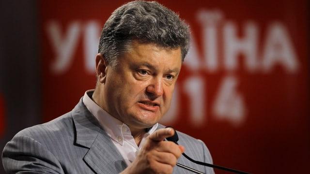 Petro Poroschenko steht an einem Rednerpult
