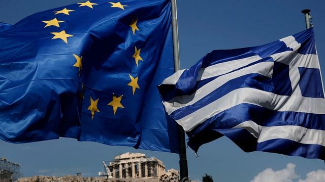 Symbolbild: EU- und Griechenfahne wehen im Wind, in der Ferne die Akropolis.