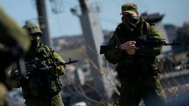 Vermummte russische Soldaten an der ukrainischen Marinebasis in Sewastopol