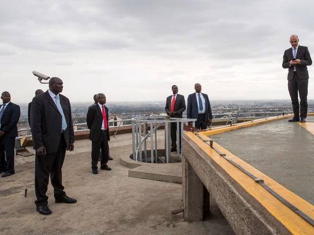Per la segirezza èsi pissera cun 7 bodyguards a Nairobi en Kenia.