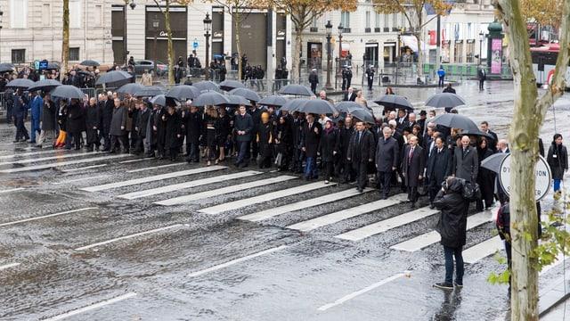 Menschengruppe läuft auf Strasse.