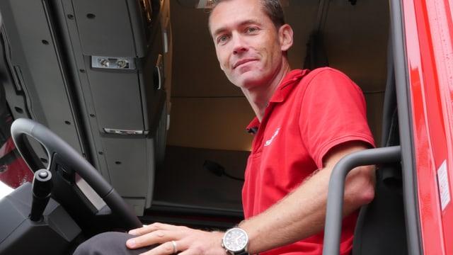 Brummie-Chauffeur Daniel Hüsler sitzt hoch oben in der Kabine seines 40-Tonnen LKWs.