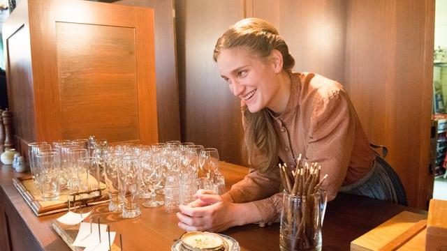 Lisa Bärenbold als Serviertochter Lisa Schneider am Tresen im Gasthaus Löwen