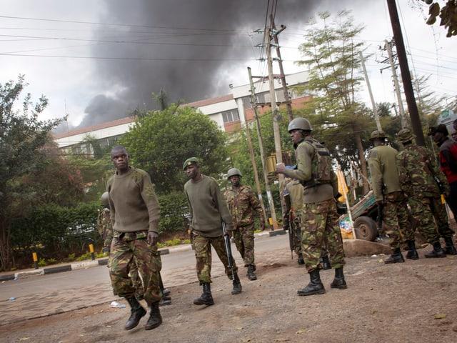 Kenianische Soldaten vor dem Einkaufszentrum