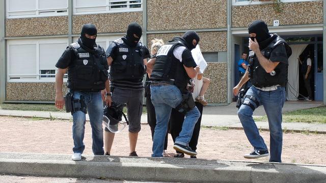 Polizisten auf der Strasse