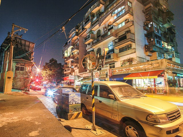 Bild eines bemalten Stromkastens an einem Strassenrand.
