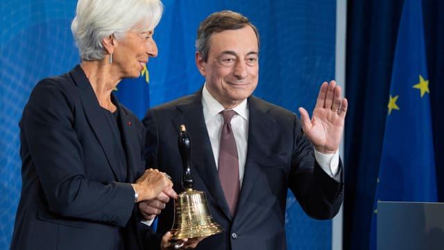 Christine Lagarde, neue Präsidentin der Europäischen Zentralbank, erhält in Frankfurt eine Glocke von ihrem Vorgänger Mario Draghi.