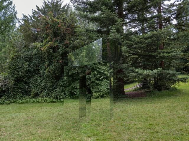 Verspiegelte Säulen - sie reflektieren die Umgebung und sind kaum zu sehen.