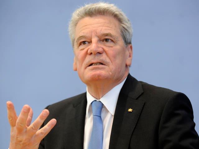 Gauck gestikuliert