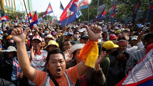 Dicht gedrängt ziehen Demonstranten durch Phnom Penh.