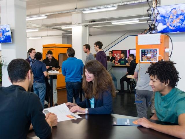 Junge Menschen in einem Kaffee in einer Industriehalle